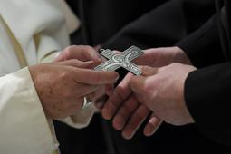 papa Francesco e croce neocat